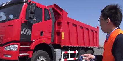 解放自卸车竟然能遥控 操作起来就像一个大玩具